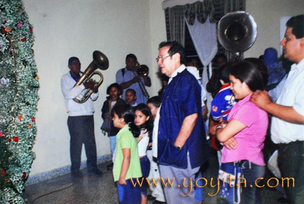 Los chicheros tocando y cantándole a La Virgen