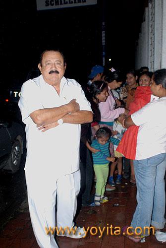 Dr. Fabio Sanchez en la puerta de su casa con la cola de la Purisima