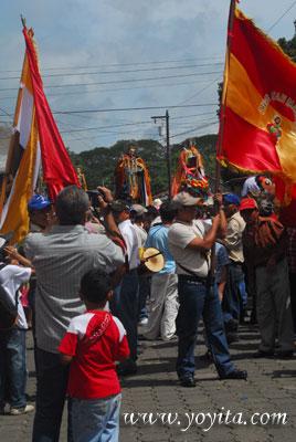 Santos y banderas